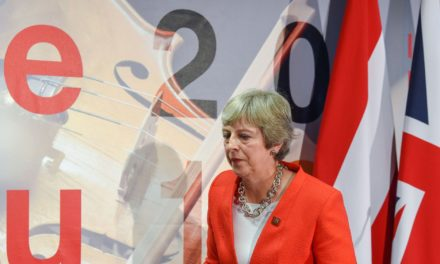 Négociations du Brexit: Theresa May dénonce une impasse et blâme l'UE