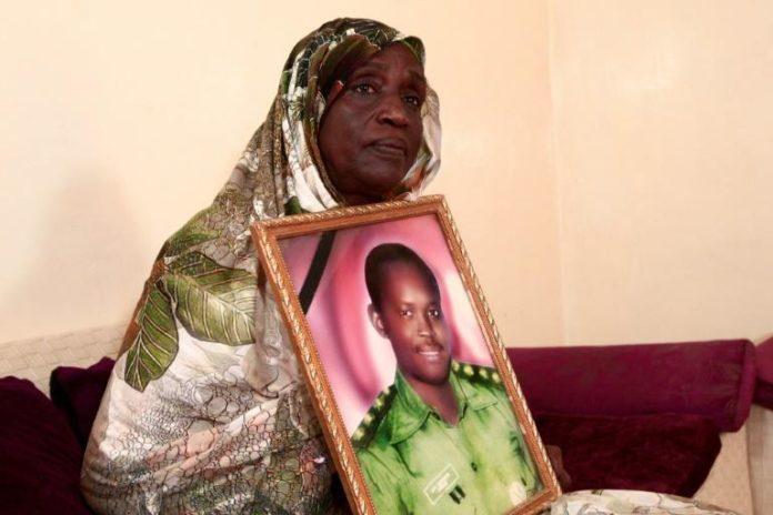 Fathiya Kembal, une Soudanaise, tient le portrait de son époux, un officier exécuté en 1990, lors d'une interview à l'AFP dans sa maison à Khartoum, le 27 juillet 2020 afp.com - Ebrahim HAMID