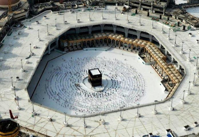 Vue aérienne de la Kaaba autour de laquelle des pèlerins musulmans effectuent un dernier