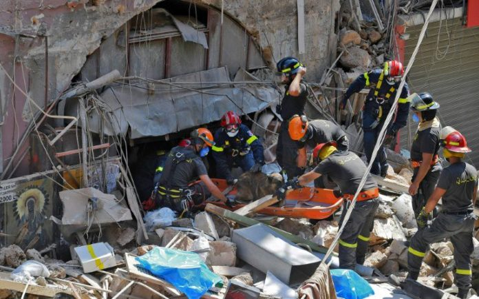 Les sauveteurs s'activent à Beyrouth, le 6 août 2020 afp.com - -