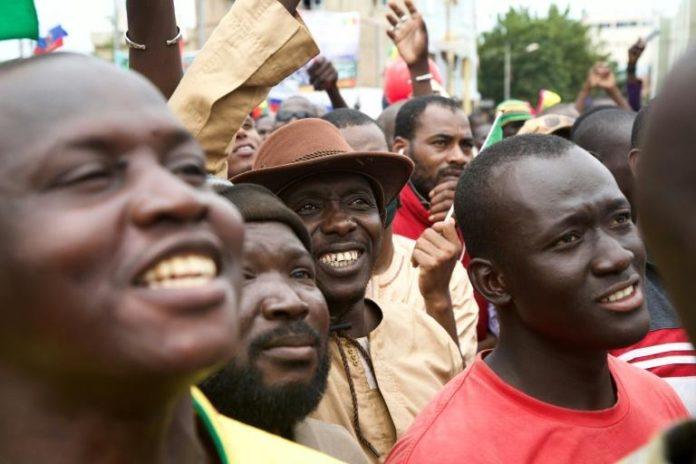 Des manifestants fêtent la chute du président malien Ibrahim Boubacar Keïta le 21 août 2020 à Bamako afp.com - ANNIE RISEMBERG