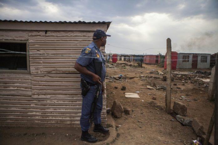 Un policier sud-africain pendant une nouvelle vague de violences visant des étrangers, le 5 septembre 2019 dans la township de Katlehong à Johannesburg. afp.com - GUILLEM SARTORIO