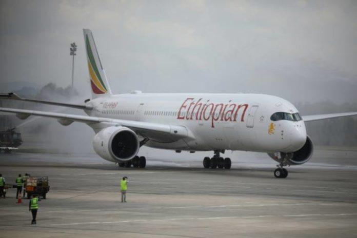 Un avion d'Ethiopian Airlines désinfecté à son arrivée à l'aéroport international d'Abuja, au Nigeria, le 7 septembre 2020 afp.com - Kola Sulaimon