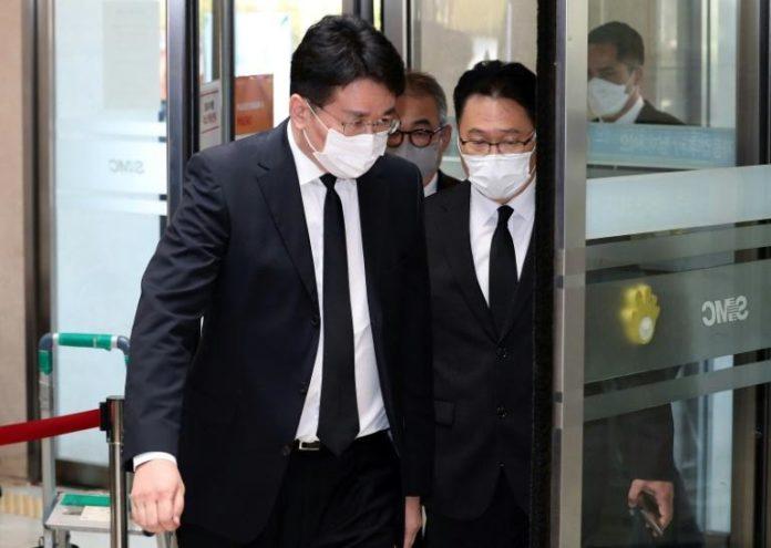 Le président de Korean Air Cho Won-tae (devant) arrive aux funérailles du patron de Samsung Lee Kun-Hee, à Séoul le 26 octobre 20201 afp.com - -