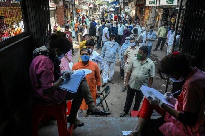 Des personnes font la queue pour passer un test antigénique du Covid-19, le 23 novembre 2020 à Bombay, en Inde afp.com - Indranil MUKHERJEE