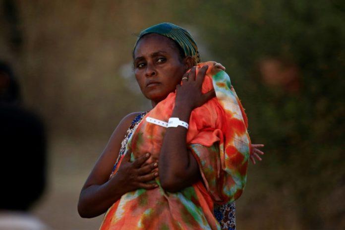 Une réfugiée éthiopienne porte son bébé dans le camp d'Oum Raquba, au Soudan, le 21 novembre 2020 afp.com - ASHRAF SHAZLY