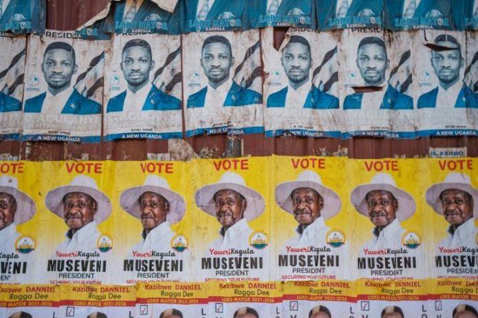 Affiches électorales du président sortant Yoweri Museveni et du chanteur devenu député et opposant Bobi Wine, les deux principaux candidats à la présidentielle du 14 janvier en Ouganda afp.com - SUMY SADURNI