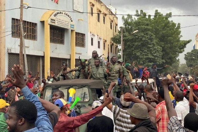 La foule acclame des militaires maliens qui viennent de renverser le président Ibrahim Boubacar Keïta, le 18 août 2020 à Bamako. afp.com - MALIK KONATE