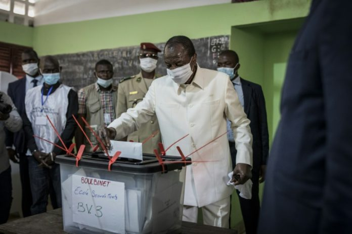 Le président guinéen sortant Alpha Condé vote pour la présidentielle le 18 octobre 2020 à Conakry afp.com - JOHN WESSELS
