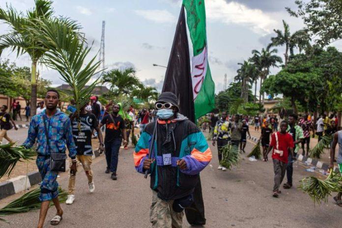 Des manifestants à Lagos le 20 octobre 2020, après la proclamation d'un couvre-feu afp.com - Benson Ibeabuchi