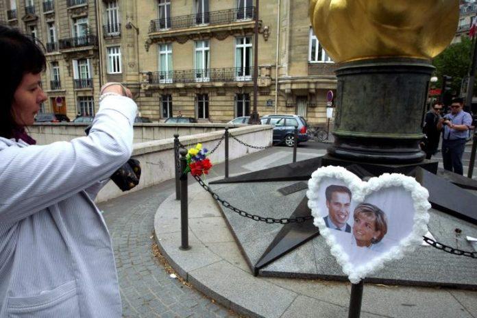Photo du prince William et de sa mère Diana, devant le mémorial place de l'Alma à Paris le 29 avril 2011 afp.com - JOEL SAGET