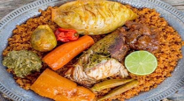 Le « Thiébou dieume » est un mélange de thiof (mérou), de riz, de tomates, des oignons, de bouillon, d'épices, de beaucoup d'autres légumes et de piment.jpg