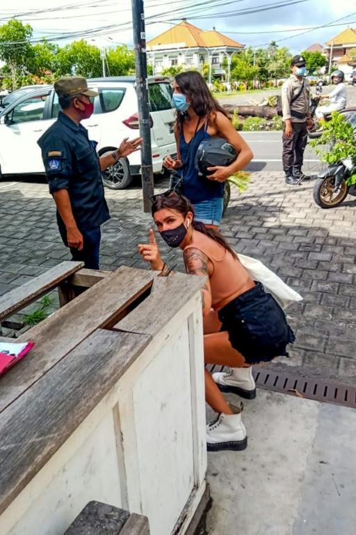 Dans cette photographie fournie par la police à Bali (Satpol PP), en Indonésie, une étrangère fait des exercices le 20 janvier 2020 comme punition pour avoir porté son masque de façon inadéquate afp.com - Handout