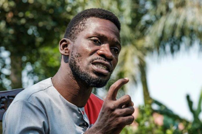 Le chanteur populaire Robert Kyagulanyi, alias Bobi Wine, devenu leader de l'opposition en Ouganda, lors d'une conférence de presse à Kampala, le 8 janvier 2021. afp.com - SUMY SADURNI