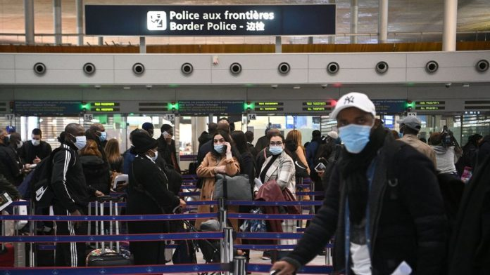 Des voyageurs font la queue devant la police des frontières pour montrer leurs documents les autorisant à voyager, le 1er février 2021 à l'aéroport de Roissy afp.com - Christophe ARCHAMBAULT