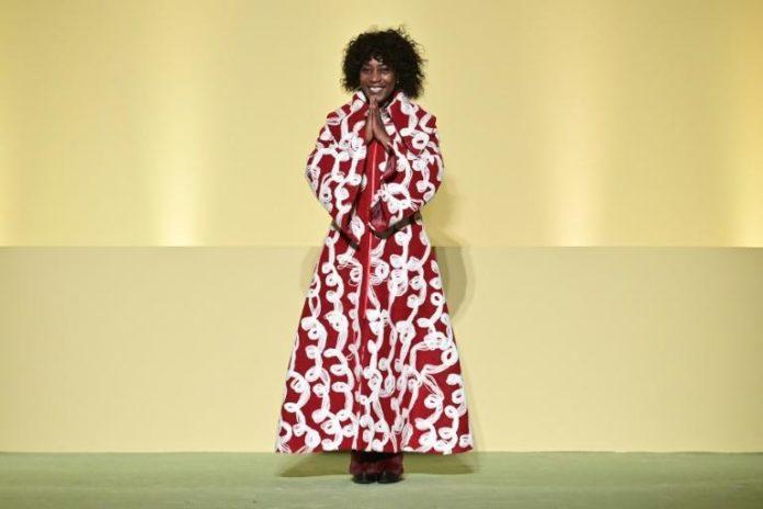 La styliste Fabiola Manirakiza lors du défilé