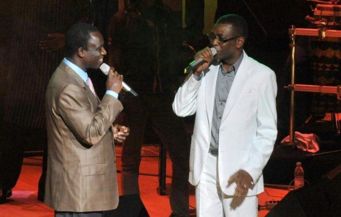 Les chanteurs sénégalais Thione Seck (g) et Youssou N'Dour à Dakar, le 9 septembre 2012 afp.com - Seyllou