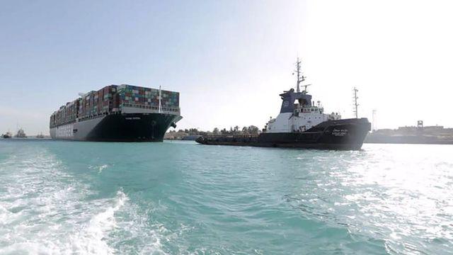 Photo fournie par l'Autorité du canal de Suez montrant l'Ever Given après sa remise à flot, le 29 mars 2021 afp.com - -