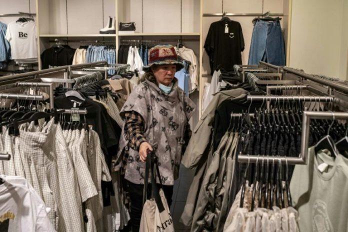 Une femme fait ses courses dans un magasin du suédois H&M à Pékin, le 25 mars 2021 afp.com - NICOLAS ASFOURI