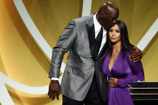 La veuve de Kobe Bryant, Vanessa Bryant et Michael Jordan lors de l'intronisation au Hall of Fame du basketteur star de la NBA, disparu dans un accident d'hélicoptère en 2020, à Uncasville (Etats-Unis) le 15 mai 2021 afp.com - Maddie Meyer