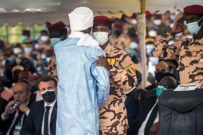 Mahamat Idriss Déby (au centre droit) salue son frère aîné Zakaria Idriss Déby lors des funérailles de leur père, le président tchadien Idriss Déby Itno, à N'Djamena, le 23 avril 2021 afp.com - Christophe PETIT TESSON