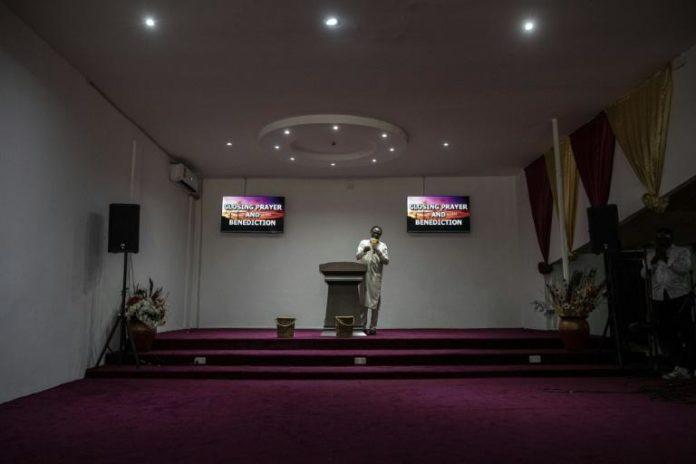 Un pasteur s'adresse à ses fidèles via internet, à Adenta au Ghana, le 18 avril 2021 afp.com - CRISTINA ALDEHUELA