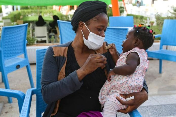 Aïcha, une Guinéenne victime d'esclavage sexuel en Libye, avec sa fille à Médenine, le 2 juin 2021 en Tunisie afp.com - FATHI NASRI