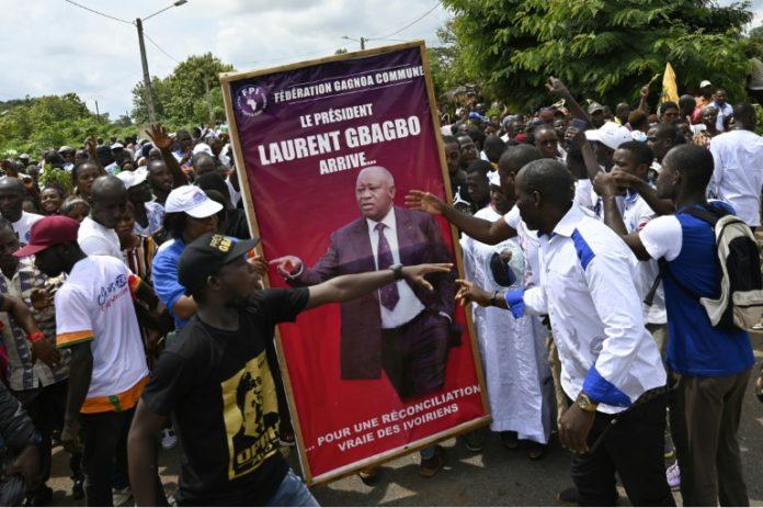 Des partisans de l'ex-président Laurent Gbagbo lors d'une manifestation avant son retour en Côte d'Ivoire, le 13 juin 2021 à Mama afp.com - SIA KAMBOU