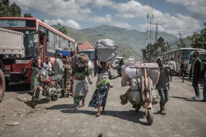 Des personnes déplacées de Goma dans une rue de Sake, dans le Nord-Kivu, le 8 juin 2021 afp.com - GUERCHOM NDEBO