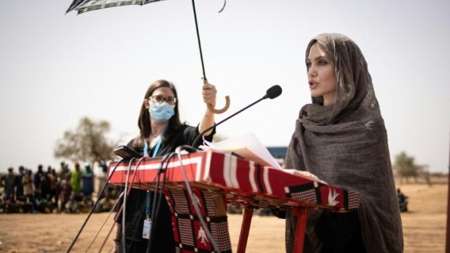 L'actrice américaine Angelina Jolie, envoyée spéciale du Haut Commissariat des Nations unies pour les réfugiés, le 20 juin 2021 au camp de Goudebou, au Burkina Fasoafp.com - OLYMPIA DE MAISMONT