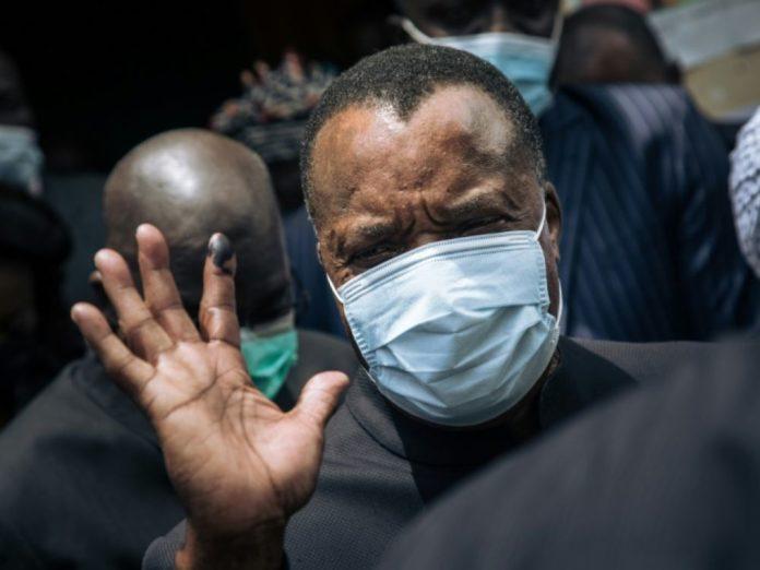 Le président congolais Denis Sassou Nguesso fait signe à des responsables à Brazzaville, le 21 mars 2021 afp.com - ALEXIS HUGUET