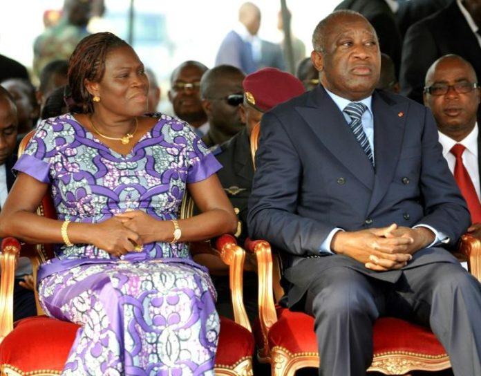 Le président ivoirien Laurent Gbagbo (droite) assiste avec sa femme Simon Gbagbo (gauche) à une cérémonie en mémoire de soldats tués lors des violences post-électorales, le 4 février 2011 à Abidjan afp.com - SIA KAMBOU