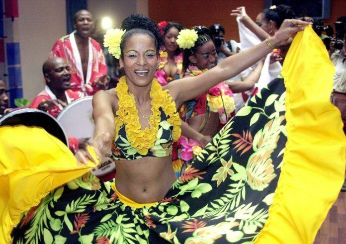 Des danseuses traditionelles mauriciennes à Calcutta le 23 septembre 2004 afp.com - DESHAKALYAN CHOWDHURY