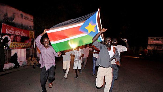 Des habitants de Juba célèbrent dans les rues la naissance de leur nouvelle nation, le 9 juillet 2011 afp.com - Roberto SCHMIDT