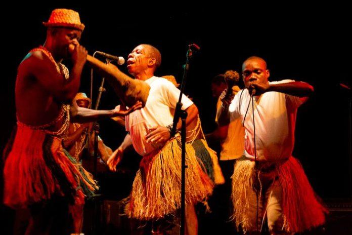 Jean-Pierre Mongoa, un chanteur Pygmée Aka, se produit lors du concert