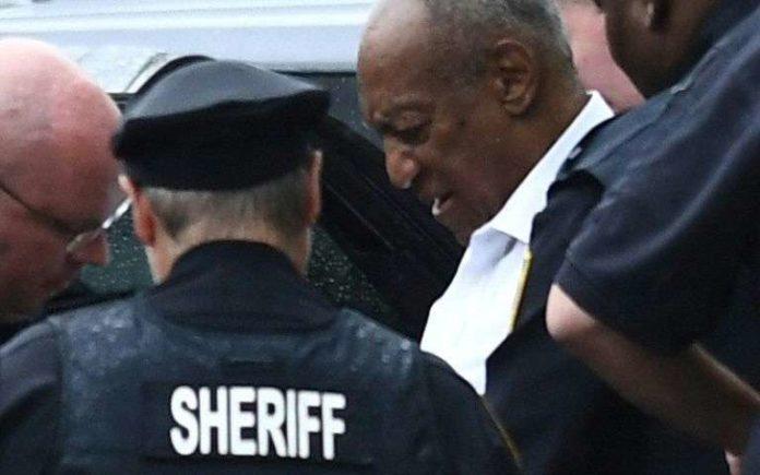 Le comédien Bill Cosby est placé en détention à sa sortie du tribunal de Norristown (Pennsylvanie, est) après avoir été condamné à au moins trois ans de prison le 25 septembre 2018 afp.com - Brendan SMIALOWSKI