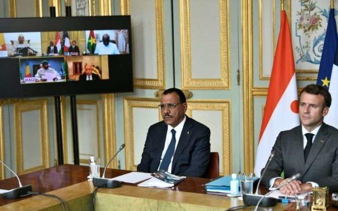 Le président français Emmanuel Macron (d) et son homologue nigérien Mohamed Bazoum (g) loàrs d'un sommet G5 Sahel en visioconférence avec les autres chefs d'Etat, le 9 juillet 2021 à l'Elysée, à Paris afp.com - STEPHANE DE SAKUTIN