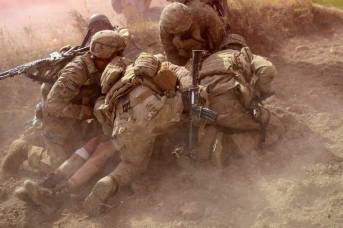 Des soldats américains protègent un de leur camarades blessé après une explosion, en Afghanistan, en octobre 2012 afp.com - MUNIR UZ ZAMAN 27 AOÛ 2021