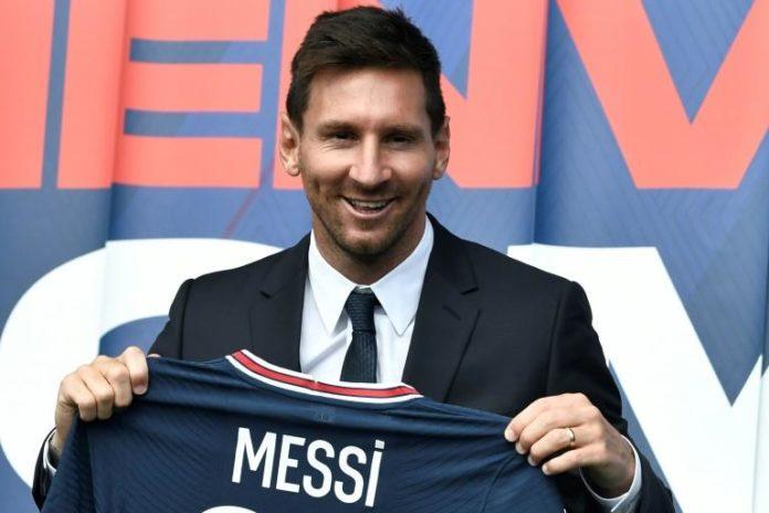 La recrue star du PSG Lionel Messi pose avec son nouveau maillot, le 11 août 2021 au Parc des Princes à Paris afp.com - STEPHANE DE SAKUTIN