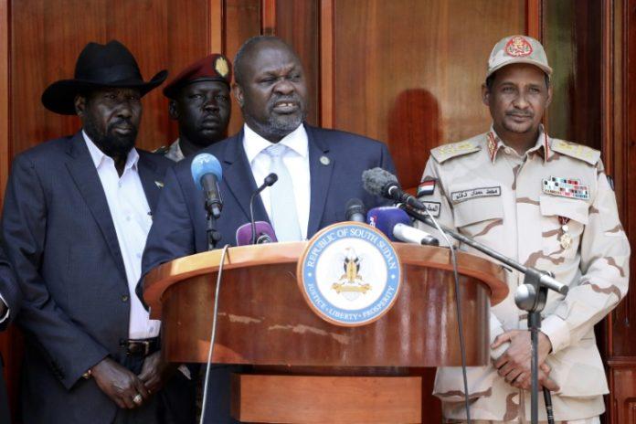 L'ancien rebelle et vice-président du Soudan du Sud Riek Machar (C) lors d'une conférence de presse à Juba, le 20 février 2020 afp.com - PETER LOUIS