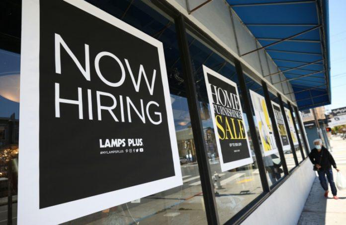 Les travailleurs noirs et hispaniques peinent à se faire embaucher de nouveau afp.com - Justin SULLIVAN