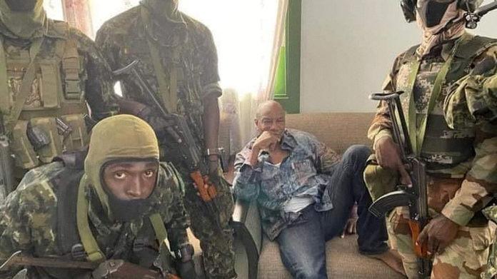 Alpha Condé entouré de militaires guinéens, le 5 septembre 2021