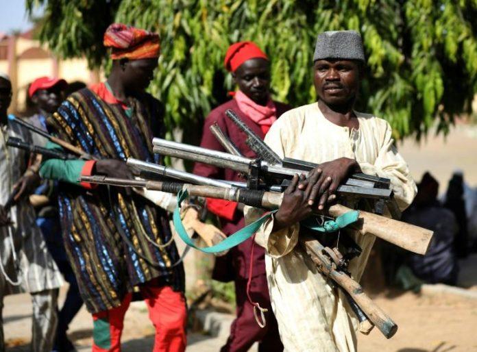 Des membres d'une milice privée apportent leur armes au gouvernorat à la suite d'un accord sécuritaire à Gusau dans l'Etat de Zamfara, le 3 décembre 2019 afp.com - Kola Sulaimon