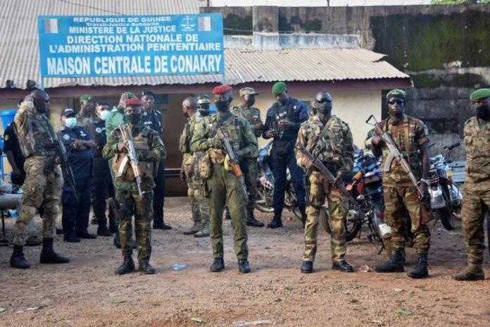 Des militaires des forces spéciales guinéennes devant la la prison civile de Conakry avant la libération de dizaines de détenus du régime du président déchu Alpha Condé, le 7 septembre 2021 afp.com - CELLOU BINANI
