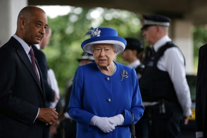 Elizabeth II et le Lord Lieutenant du Grand Londres Ken Olisa sur les lieux de l'incendie de la tour Grenfell dans l'ouest de Londres le 16 juin 2017 afp.com - Daniel LEAL-OLIVAS