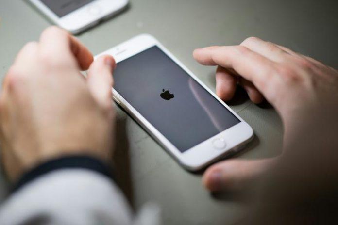 Face aux critiques, Apple a décidé de retarder la mise en service de nouveaux outils destinés à lutter contre la pédopornographie mais accusés d'entamer la confidentialité afp.com - LOIC VENANCE