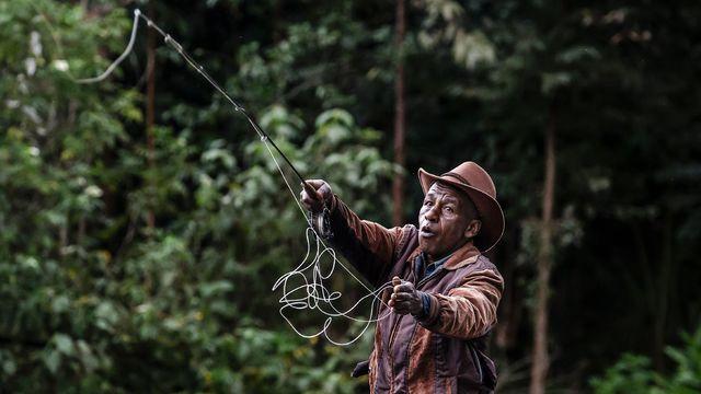 Le guide de pêche John Ngaii Moses lance sa ligne dans les eaux de la rivière Githugi à Mathioya, au Kenya le 19 août 2021 afp.com - LUIS TATO