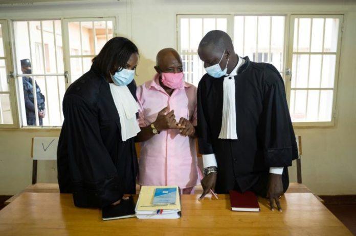 Paul Rusesabagina (c), qui a inspiré le film Hôtel Rwanda, et ses avocats, le 2 octobre 2020 au tribunal de Kigali où il est jugé notamment pour