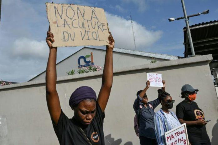 Une militante féministe lors d'une manifestation contre la chaîne de télévision Nouvelle Chaine Ivorienne (NCI) après un programme sur le viol qui a suscité l'indignation des Ivoiriens, à Abidjan le 1er septembre 2021 afp.com - Sia KAMBOU