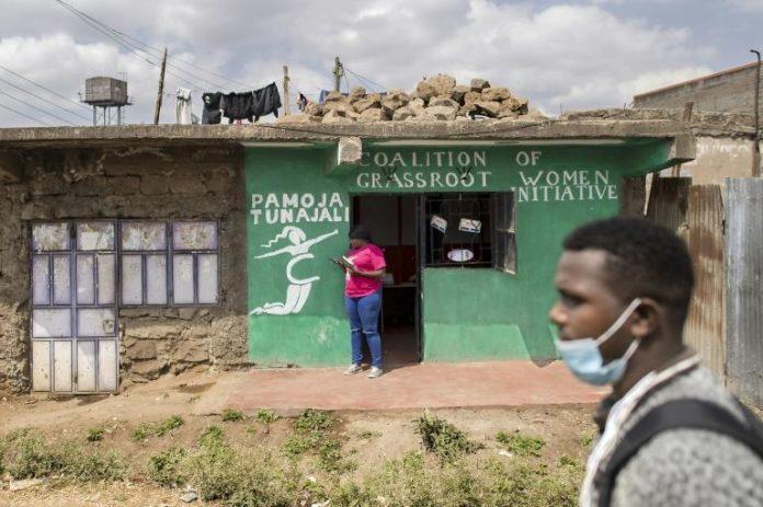 Atieno, conseillère en santé reproductive, devant les bureaux d'une ONG d'aide aux victimes de violences sexuelles dans le bidonville de Dandora, à Nairobi, le 16 septembre 2021 afp.com - Tony KARUMBA